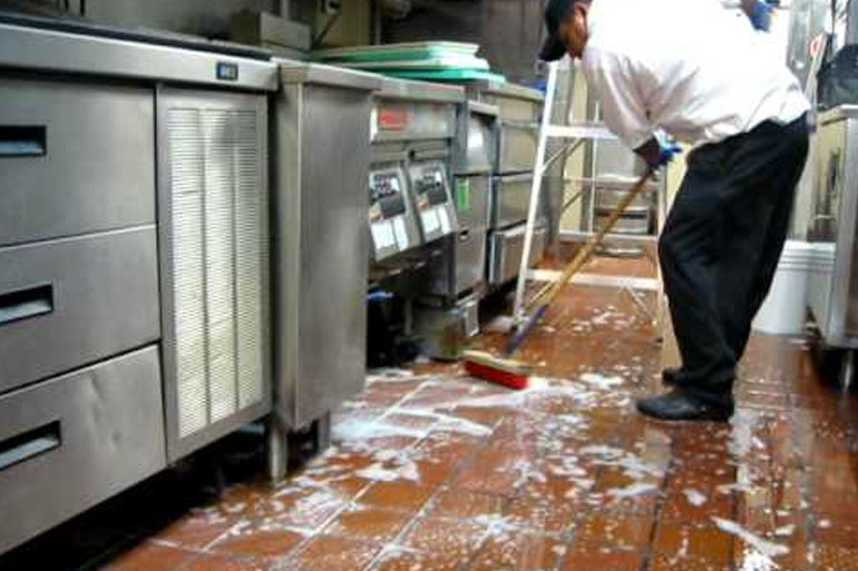limpieza con friegasuelos y desengrasante cocina restaurante